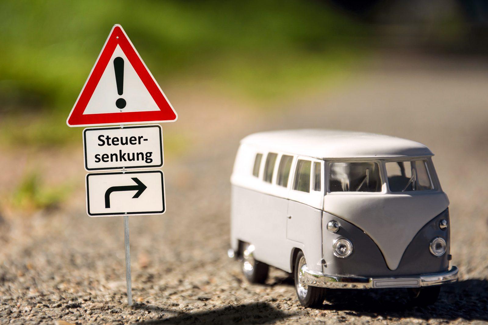 Bus_mit_Schild_Steuersenkung